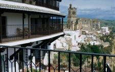 De Parador met uitzicht over het dorp en de kerk