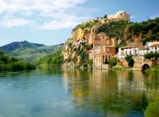 Miravet met het Tempelierskasteel aan de Ebro rivier