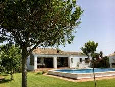 De villa heeft een groot omheind, eigen terrein