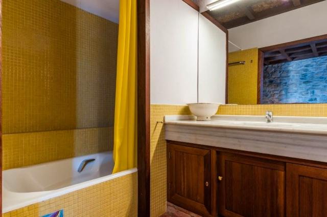 Een van de twee volledig ingerichte badkamers