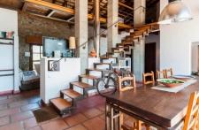 Salon met open trap naar boven