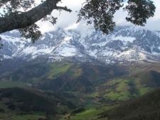 Zicht vanaf Monte la Viorna op de besneeuwde toppen van San Pelayo