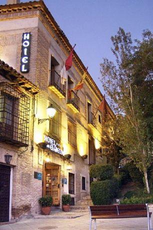 Een van de hotels, gesitueerd in een voormalige bakkerij